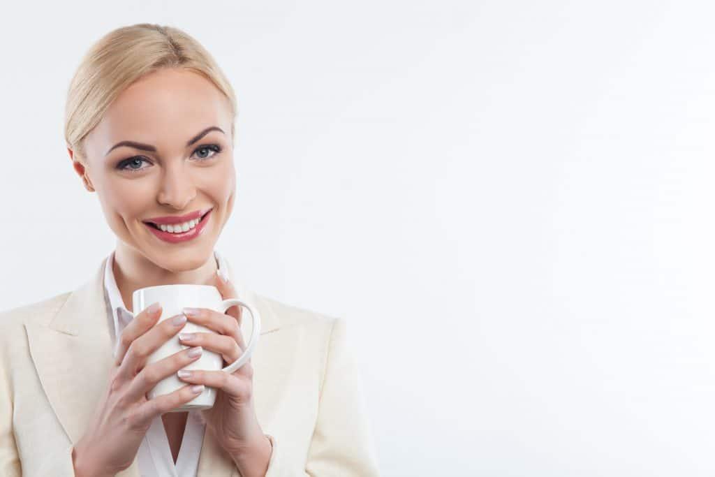 אישה מרוצה שותה קפה