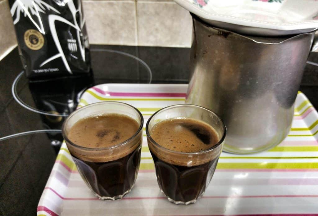 קפה שחור, מזיגה לכוסות
